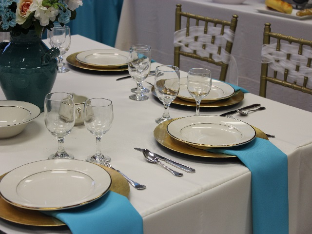 table with gold chiavari chairs 2